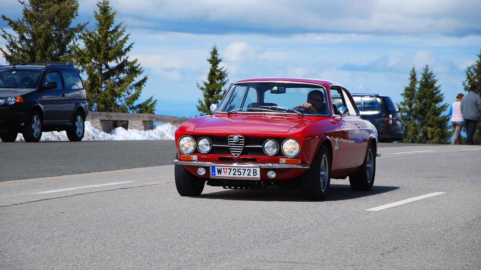 Stará Alfa Romeo červená na horské silnici