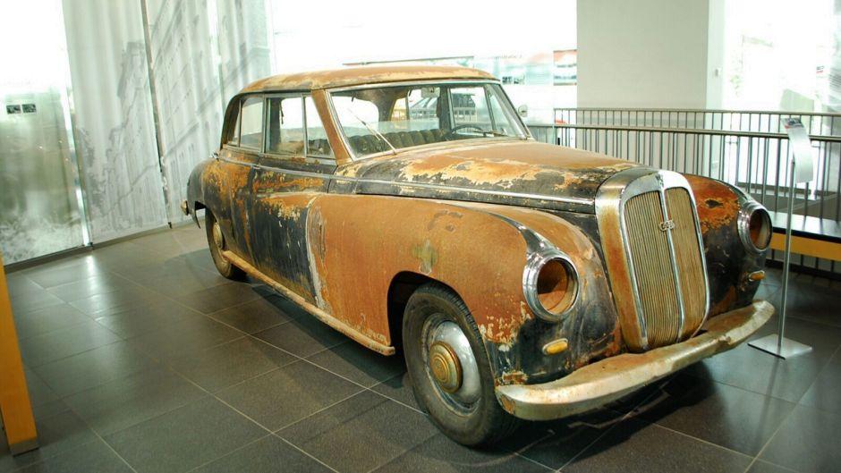 Stará zrezavělá limuzína audi, jak byla nalezena v poušti