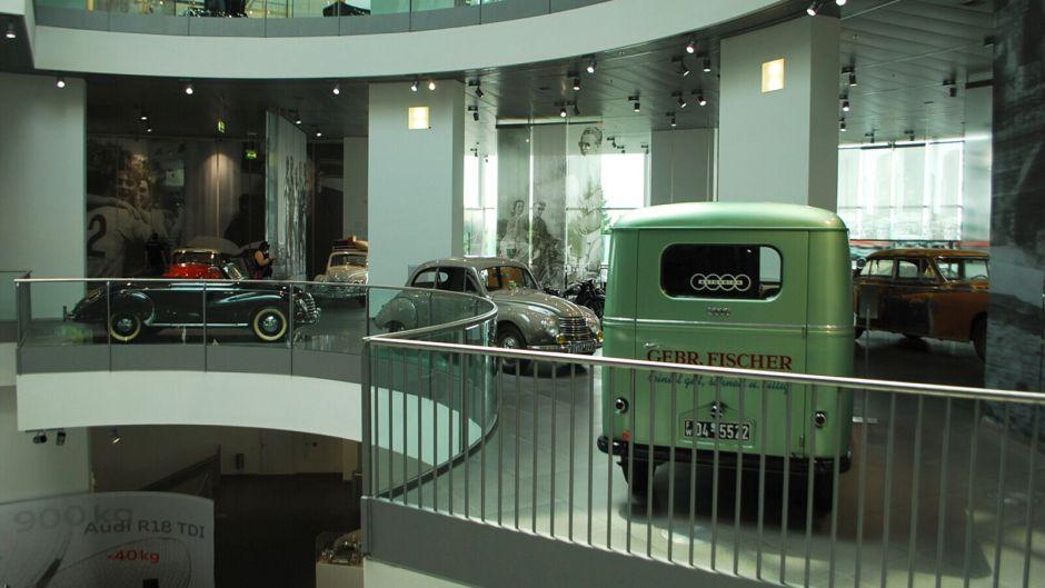 Staré vozy audi v budově muzea