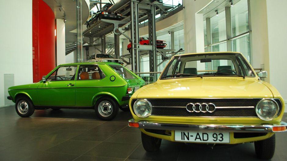 Starší vozy AUdi vystavené v budově muzea