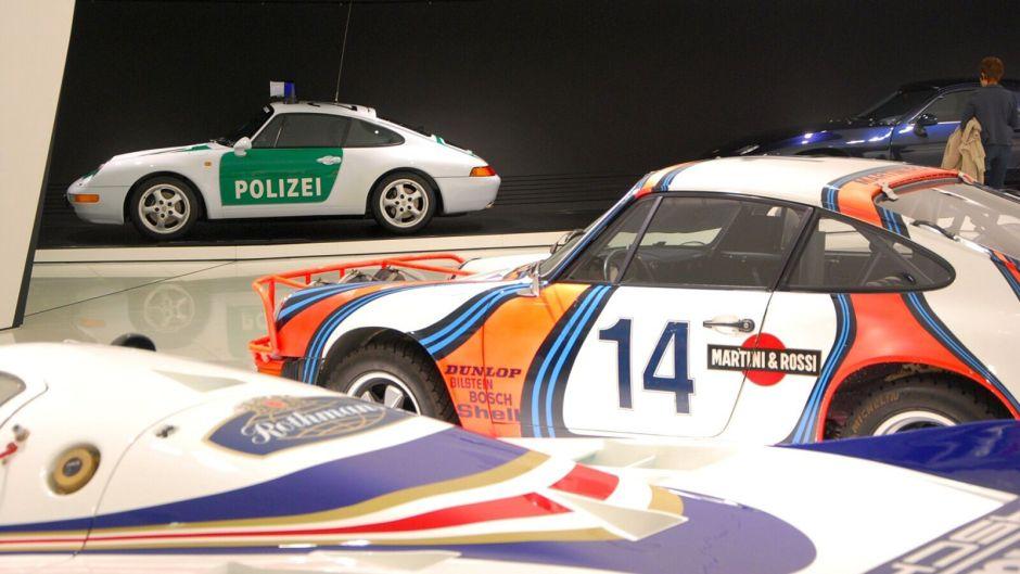 Několik hisotrických závodních vozů včetně jednoho policejního