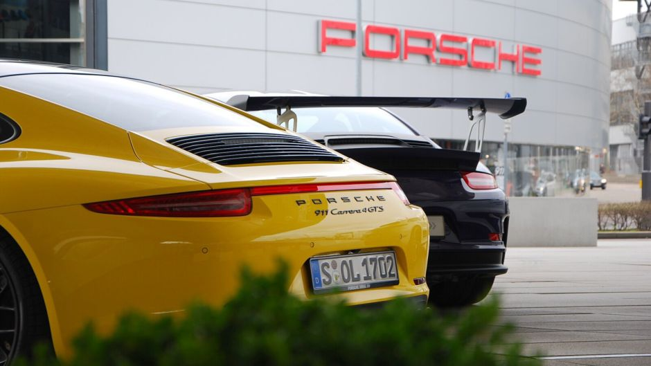 vozy Porsche před budovou muzea