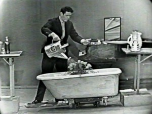 """John Cage, """"Waterwalk"""", eine Performance von 1960. Foto: Courtesy John Cage Trust/Mathildenhöhe"""