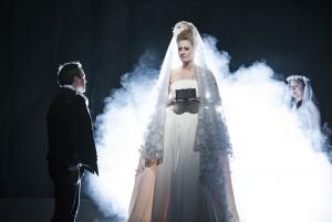 Frankreichs weiße Lilie: Elisabeth (Petra Schmidt) wird bald nach ihrer Ankunft im Escorial in ein steifes schwarzes Kleid gezwängt (Foto: Pedro Malinowski/ MiR)