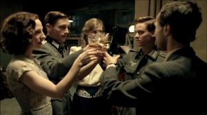 Fünf Freunde beim Abschied im Sommer 1941. Von links: Greta (Katharina Schüttler), Wilhelm (Volker Bruch), Charlotte (Miriam Stein), Friedhelm (Tom Schilling), Viktor (Ludwig .  (Foto: © ZDF/David Slama)