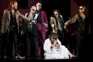 Tannhäuser wird erst bedroht, dann verbannt (Daniel Brenna. Foto: Thomas M. Jauk/Theater Dortmund)