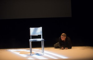 "Foto: Jana Schulz als gequälte Kreatur in Roger Vontobels Lessing-Adaption ""Filotas"". (Foto: Diana Küster/Schauspielhaus Bochum)"