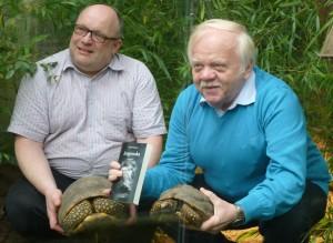 Der Autor Heinrich Peuckmann (rechts) und Dortmunds Zoodirektor Dr. Frank Brandstätter mit Schildkröten und Krimi im Amazonashaus. (Foto: Bernd Berke)