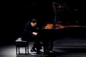 Der Pianist Pierre-Laurent Aimard in tiefer Versenkung und höchster Konzentration am Klavier. Foto: Mohn/KFR