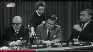 """In den Anfangsjahren des """"Frühschoppens"""" durften Frauen bei Werner Höfer (ganz links) nicht mitreden, sondern nur Wein nachschenken.  (Screenshot aus: http://www.youtube.com/watch?v=5sFe66JSaO0)"""