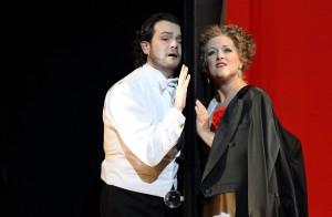 """Diana Damrau bei ihrem Münchner Debüt in  Verdis """"La Traviata"""" mit Arturo Chacón Cruz als Alfredo. Foto: Wilfried Hösl"""