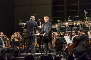 Voller Einsatz: Bariton Dietrich Henschel, das hr Sinfonieorchester und Dirigent Sylvain Cambreling. Foto: Michael Kneffel