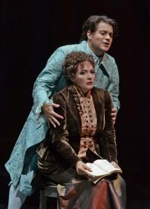 Des Grieux (Gaston Rivero) und seine Manon (Katrin Kapplusch. Foto: Karl Forster/Aalto-Theater)