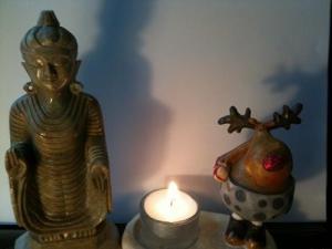 Buddha - zwei Finger am Tastentelefon verloren? Foto: Gerd Herholz