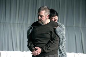 """Szene aus """"Gift. Eine Ehegeschichte"""" mit Dietmar Bär und Bettina Engelhardt (Foto: Diana Küster/Schauspielhaus Bochum)"""