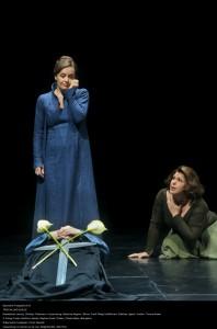An der Leiche Tristans (Stephen Gould): Isolde (Evelyn Herlitzius) und Brangäne (Christa Mayer). Foto: Enrico Nawrath