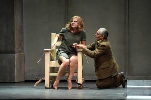 Ruprecht (Boris Statsenko) kniet vor Renata (Svetlana Sozdateleva. Foto: Hans Jörg Michel, Deutsche Oper am Rhein)