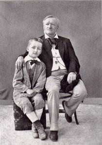 Der zehnjährige Siegfried mit seinem Vater Richard Wagner. Die Aufnahme entstand 1880 in Neapel.