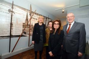 Die New Yorkerin Carol Kahn Strauss (vorne) mit (v.li.) TU-Rektorin Ursula Gather, MKK-Leiterin Gisela Framke und Bürgermeister Manfred Sauer.