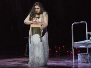 Elektra (Rebecca Teem) mit einem Kinderstühlchen (Foto: Matthias Jung)
