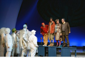 """Das Mondvolk wundert sich über die Berliner Erdenbürger. Szene aus der Neuinszenierung von Paul Linckes """"Frau Luna"""" am Theater Krefeld-Mönchengladbach. Foto: Matthias Stutte"""