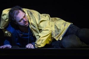 Am Boden: Peter Grimes (Peter Marsh), Sonderling und Raubein, wird Opfer eines Hetzmobs (Foto: Thomas M. Jauk / Stage Picture)