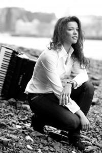 """Flinke Finger auf dem Akkordeon: Ksenija Sidorova ist """"Junge Wilde"""" im Konzerthaus Dortmund. Foto: Phil Tragen"""