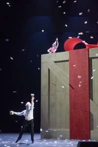 Im Geldregen: Rosina (Karin Strobos) und Figaro (Georgios Iatrou. Foto: Bettina Stöß/Aalto-Theater)