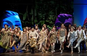 """Anarchie der Lust: Der Chor der Oper Leipzig in der Inszenierung von Wagners Frühwerk """"Das Liebesverbot"""" von Aron Stiehl. Foto: Kirsten Nijhof"""