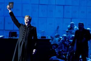 """Er predigt Moral gegen die Anarchie des Karnevals, die er selbst nicht einhält: Tuomas Pursio als Friedrich in Wagners """"Das Liebesverbot"""" in Leipzig. Foto: Kirsten Nijhof"""