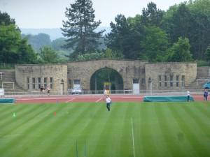 """Das Marathontor der 1926 eröffneten """"Kampfbahn Rote Erde"""". (Foto: Bernd Berke)"""