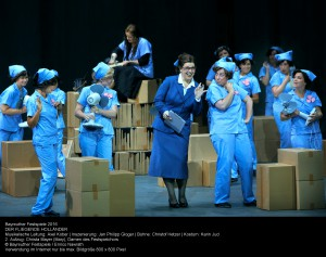"""Schöne banale Warenwelt: Szene in der """"Spinnstube"""" mit Christa Mayer (Mary). Foto: Enrico Nawrath"""