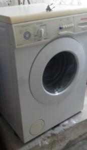Wieder auf den Sockel gehievt: die durchgedrehte Waschmaschine. (Foto: BB)