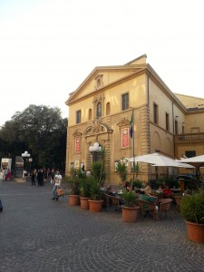 Das Teatro Rossini in Pesaro, Spielort des Festivals, bei dem sich alles um den berühmten Sohn der Stadt an der Adria dreht. Foto: Werner Häußner