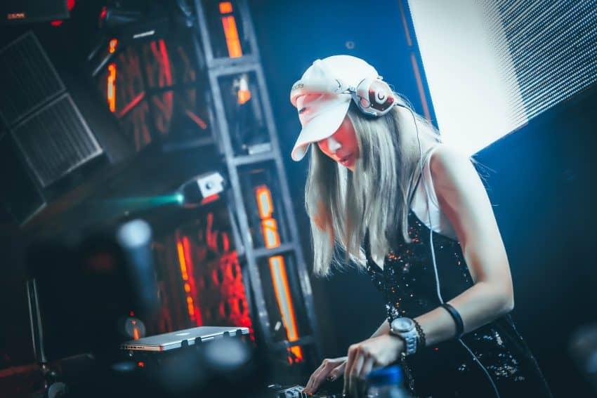 Mulher DJ com fone de ouvido.
