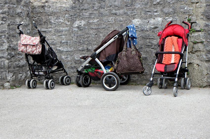 Imagem de três carrinhos de bebês lado a lado.
