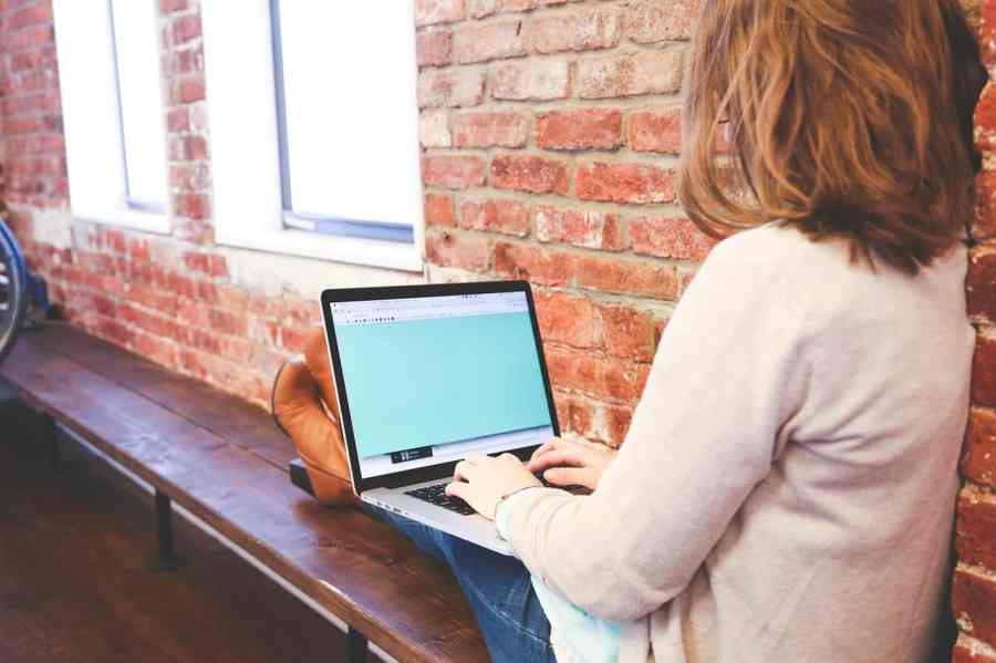 Imagem de uma mulher usando um notebook