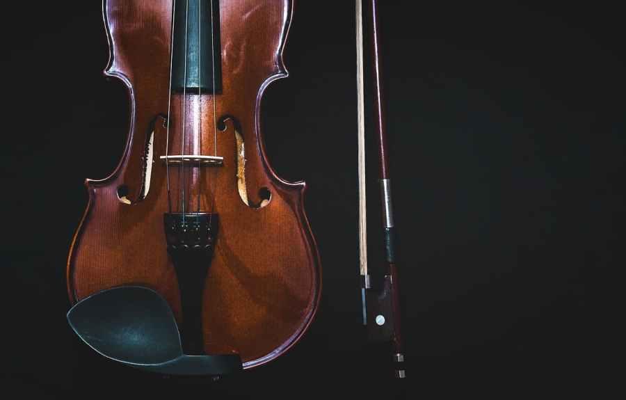 Imagem de um violino em fundo preto.
