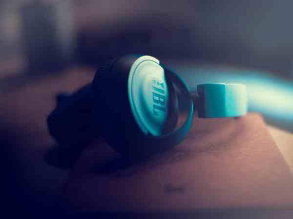 Imagem de um fone de ouvido da JBL.