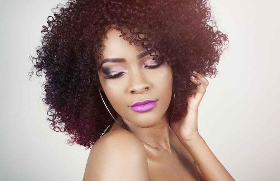 Imagem de uma mulher com cabelo afro.