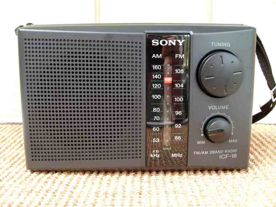 Rádio portátil pequeno da Sony em cima de uma superfície