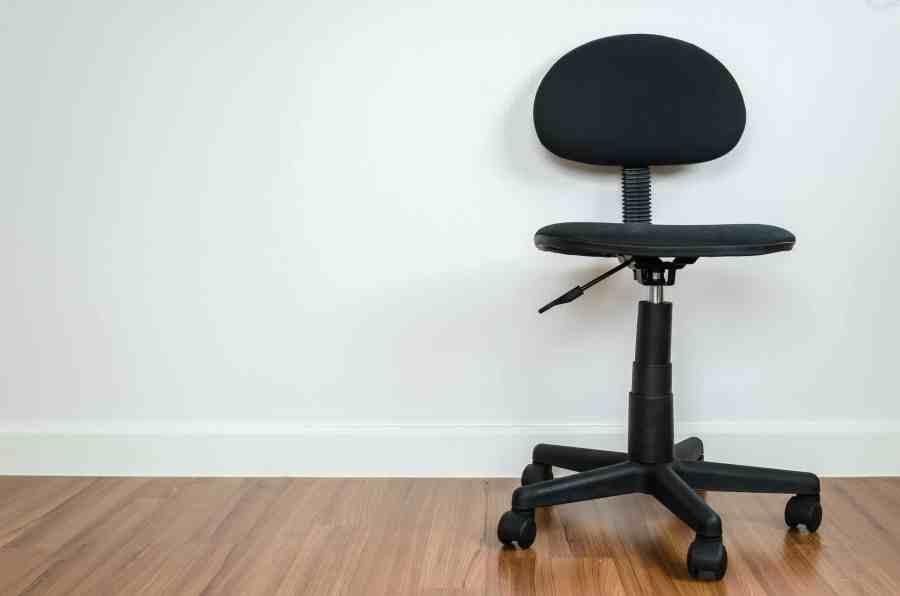 Cadeira de escritório preta.