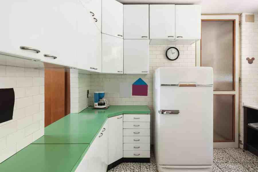 Armário de cozinha branco em estilo vintage.