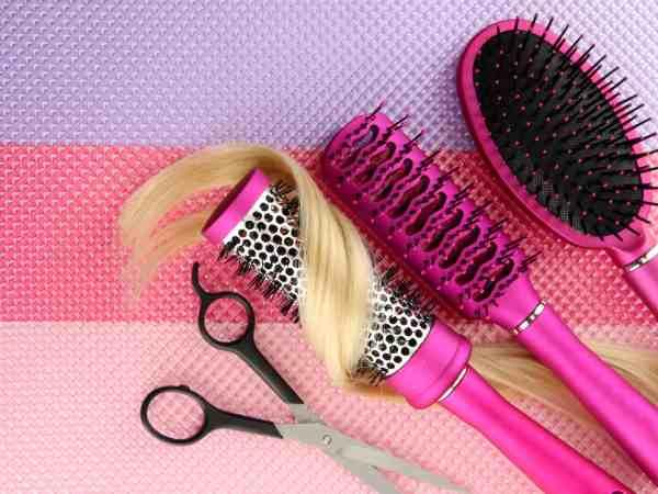 Imagem mostra três tipos de escova de cabelo.