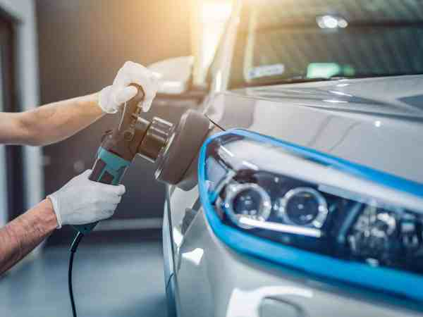Imagem mostra uma politriz sendo usada em um automóvel.