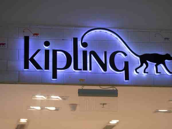 Foto de uma placa da marca Kipling.