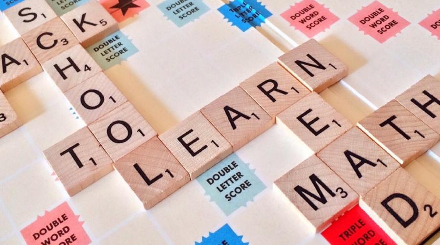 """Foto de um jogo de montar palavras, com algumas palavras em inglês, como """"school"""" e """"learn""""."""