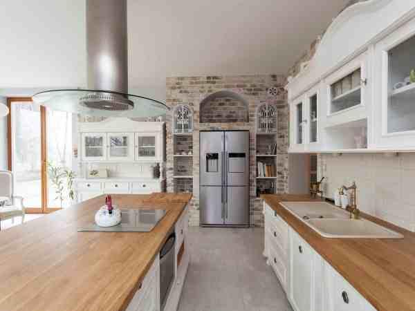 Cozinha com geladeira frost free.