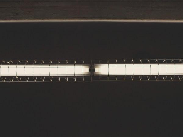 Imagem de duas lâmpadas tubulares fluorescentes com suporte metálico