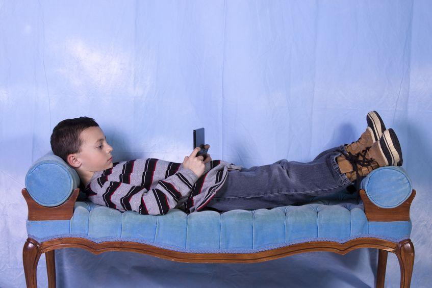Niño jugando en sofá